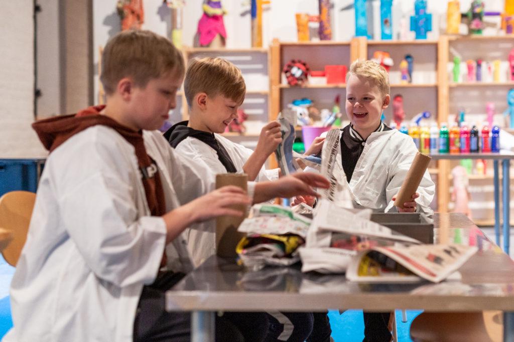 Seminaarinkoulun nelosluokkalaiset osallistumassa Tommi Toijan näyttelyn Ihmismassa-työpajaan