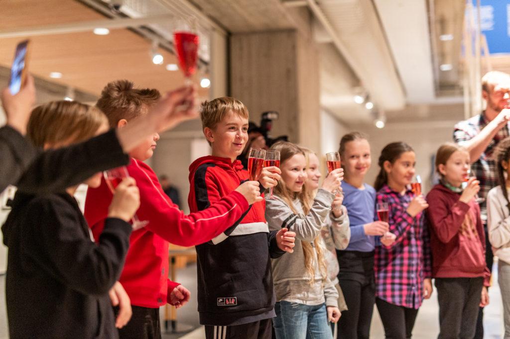 Seminaarinkoulun neljäsluokkalaiset osallistuivat Hämeenlinnan lastenkulttuurilupauksen allekirjoitukseen.