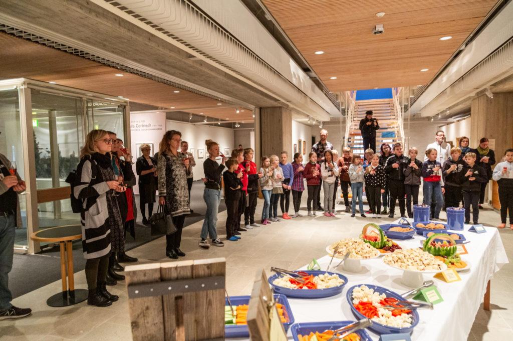 Hämeenlinnan Lastenkulttuurilupauksen allekirjoitustilaisuuteen osallistui runsaslukuinen joukko muun muassa median ja kulttuurilaitosten edustajia. Lastenkulttuuripalveluiden käyttäjiä edustivat Seminaarinkoulun neljäsluokkalaiset.