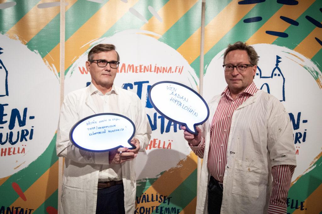 Jokainen aikuinen voi tehdä oman lastenkulttuurilupauksen. Kaupunginjohtajat Timo Kenakkala ja Juha Isosuo tekivät omansa Lastenkulttuurilupauksen allekirjoitustilaisuudessa.
