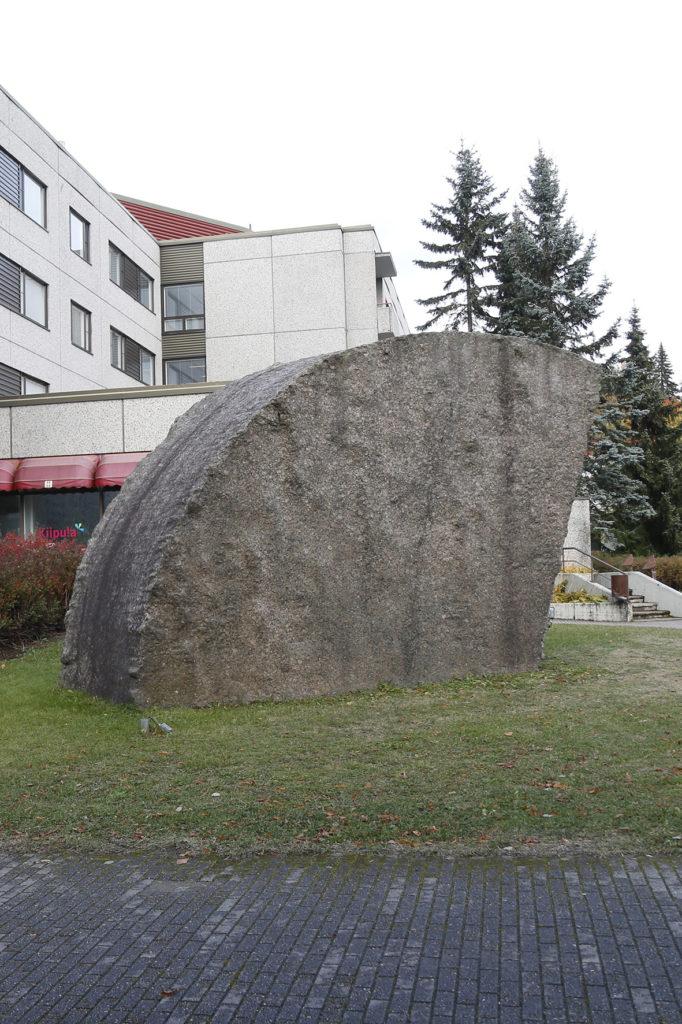 Matti Peltokangas, Kevät, 1988, graniitti, kuva Reima Määttänen, Hämeenlinnan taidemuseo