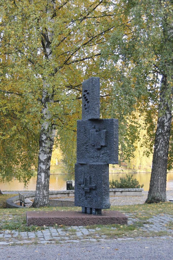 Jaakko Veuro, Hämeenlinna enne ja nyt, 1967, pronssi, kuva Reima Määttänen, Hämeenlinnan taidemuseo