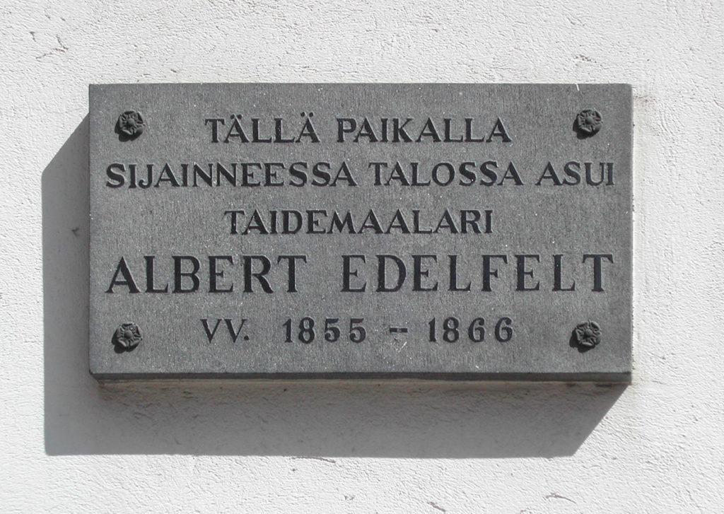 Lähikuva Albert Edelfeltin muistolaatasta.