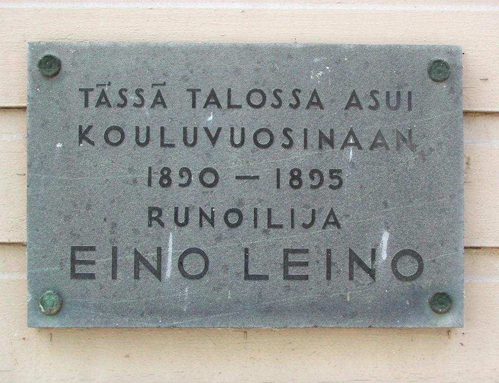 Lähikuva Eino Leinon muistolaatasta. Teksti: Tässä talossa asui kouluvuosinaan 1850-1895 runoilija Eino Leino.