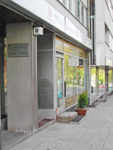 Ulkokuva rakennuksesta, jonka seinässä Lindgrenin muistolaatta sijaitsee.